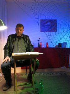 """Oliver Peters, Pseudonym Graf Peters, bei der Lesung """"Der Archivar"""""""